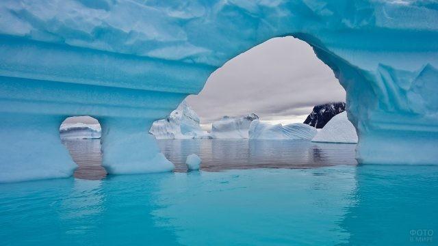 Проём в снежном массиве в воде