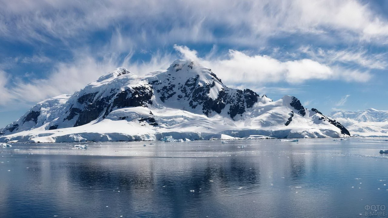 Снежные горы у океана