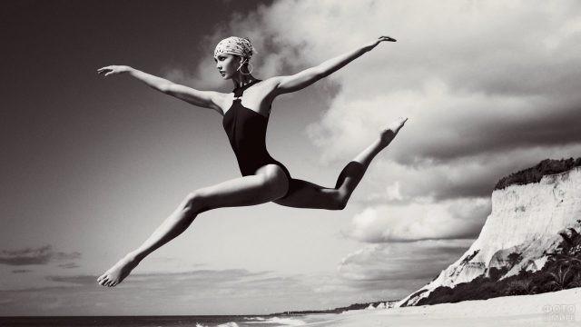 Балерина Карли Клосс в прыжке