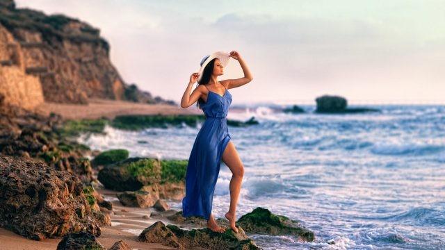 Девушка на море в синем платье