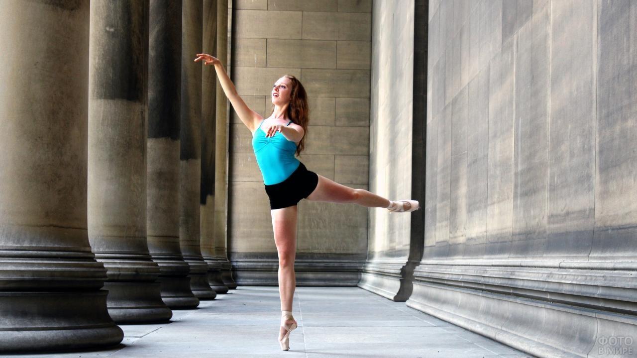 Девушка танцует на улице