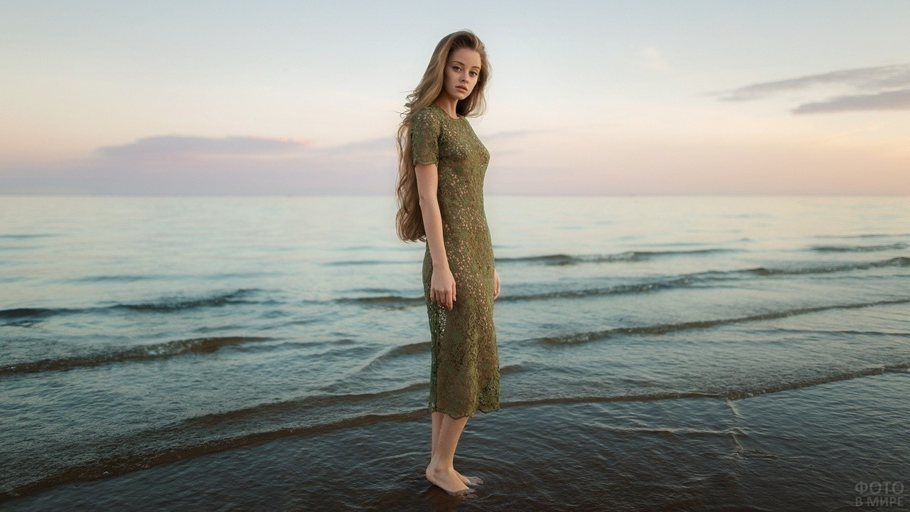 Девушка в ажурном платье