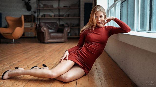 Длинноногая блондинка в обтягивающем платье