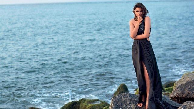Индийская актриса Паринити Чопра в длинном платье