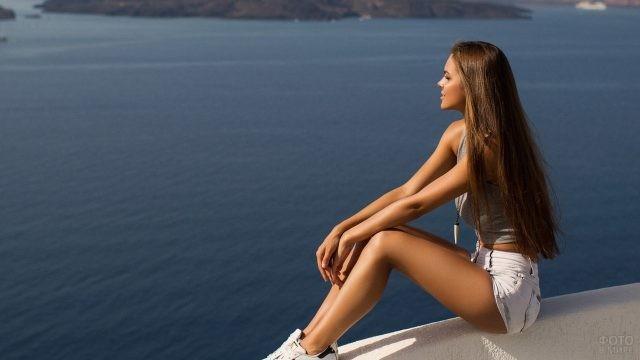 Модель Виктория Одинцова смотрит на море