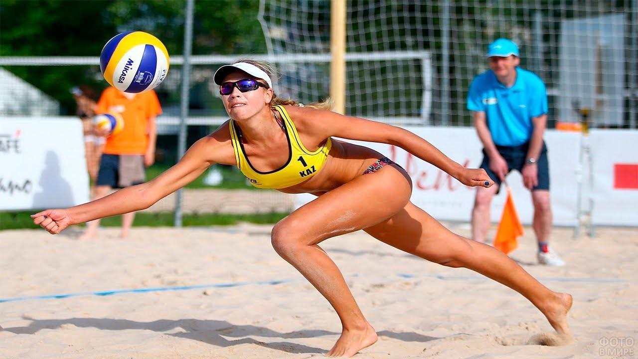 Спортсменка Татьяна Мошкова отбивает мяч
