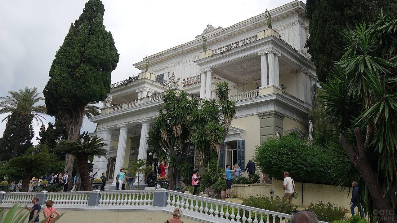 Белое здание на острове Корфу