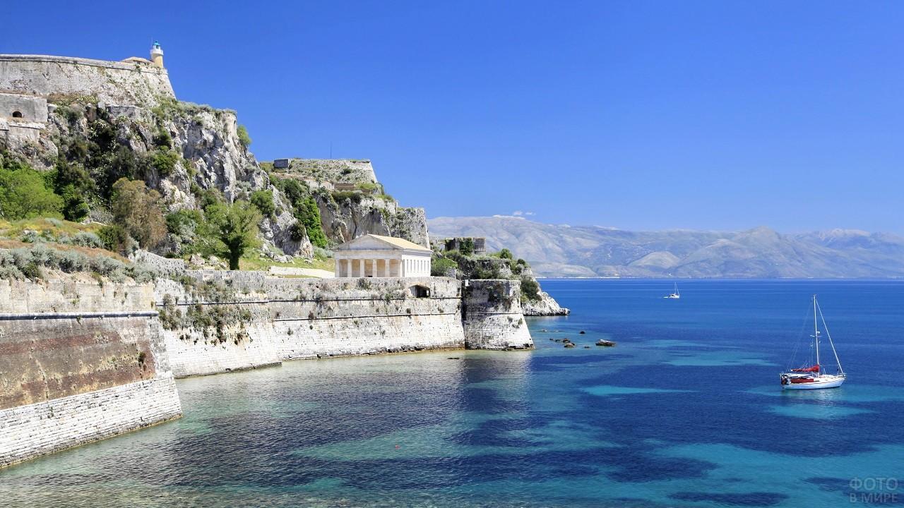 Крутые скалы острова Корфу