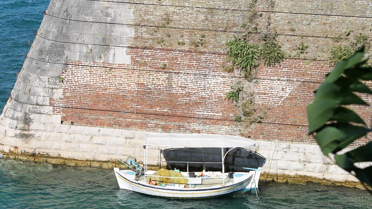 Лодка у подножия Старой крепости