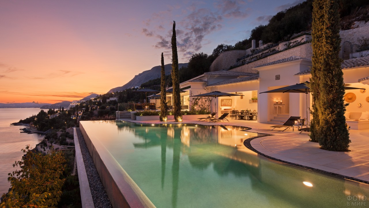 Отель на берегу моря на закате дня