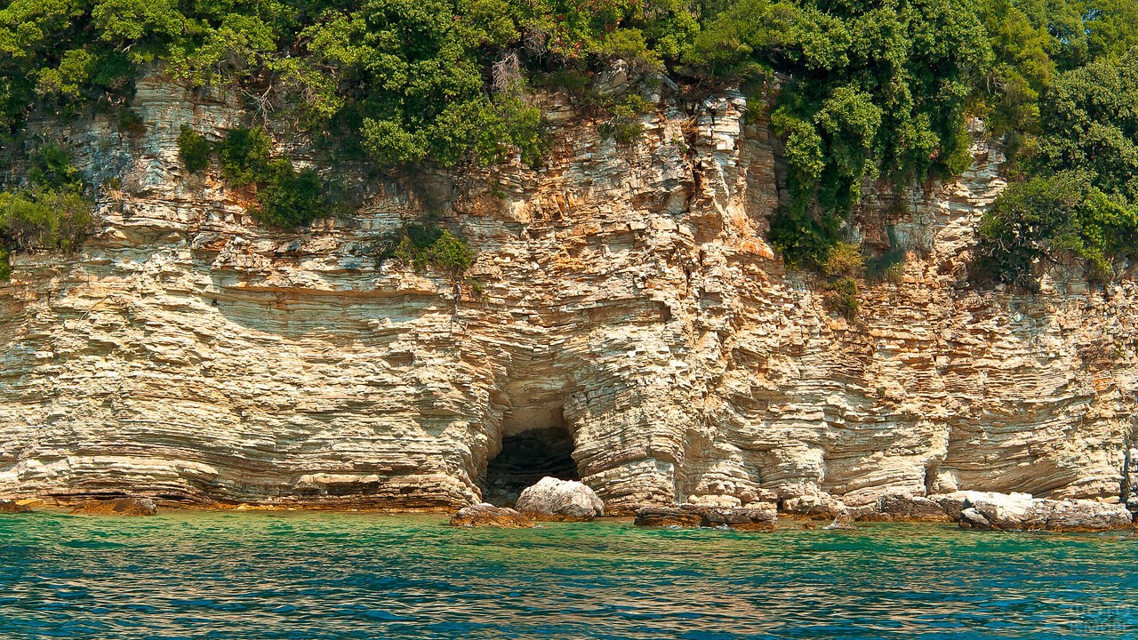 Скала на острове Корфу