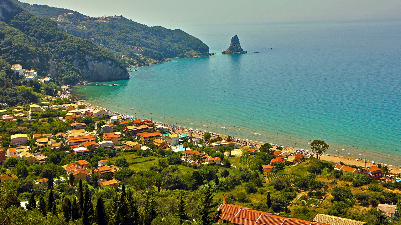 Вид сверху на побережье Корфу