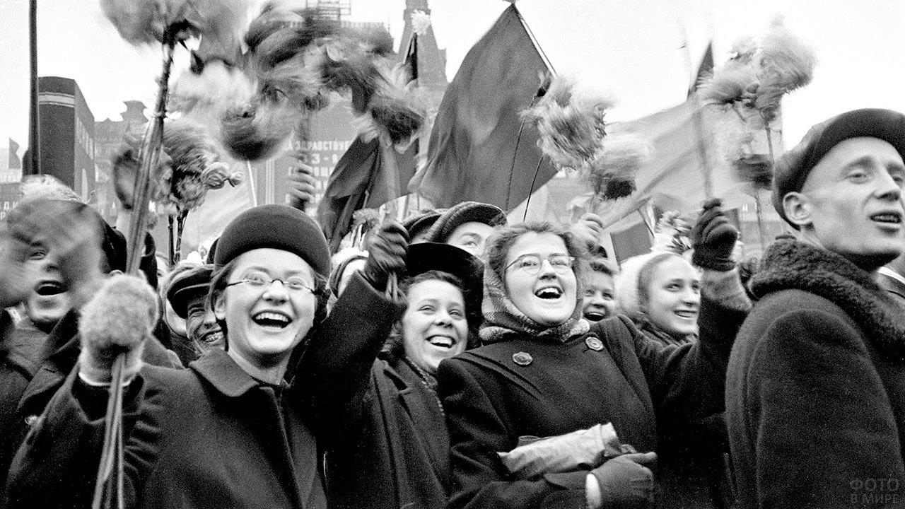 Архивное фото молодёжи на демонстрации в честь годовщины революции