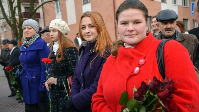 Девушки с цветами на митинге в Белоруссии в честь годовщины Великой октябрьской революции