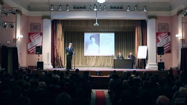 Докладчик на конференции в Брянске в годовщину Великой октябрьской революции