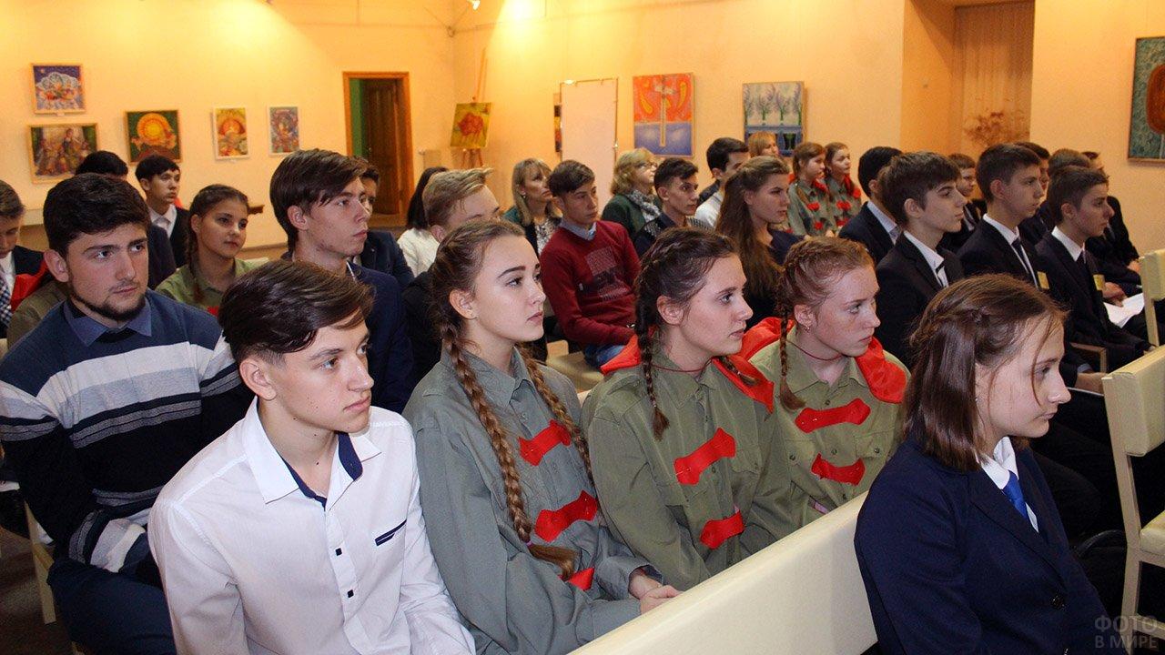 Донецкие школьники на мероприятии в честь 100-летия Великой октябрьской революции