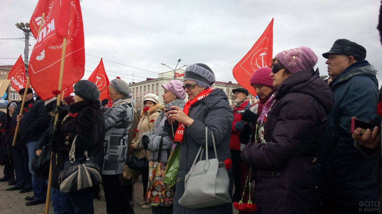 Южно-Сахалинские коммунисты на митинге в честь годовщины Великой октябрьской революции