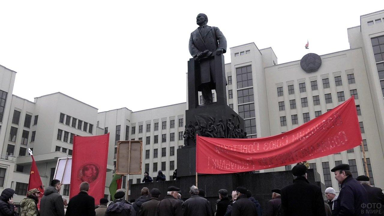 Митинг у памятника Ленина в Минске в годовщину Великой октябрьской революции