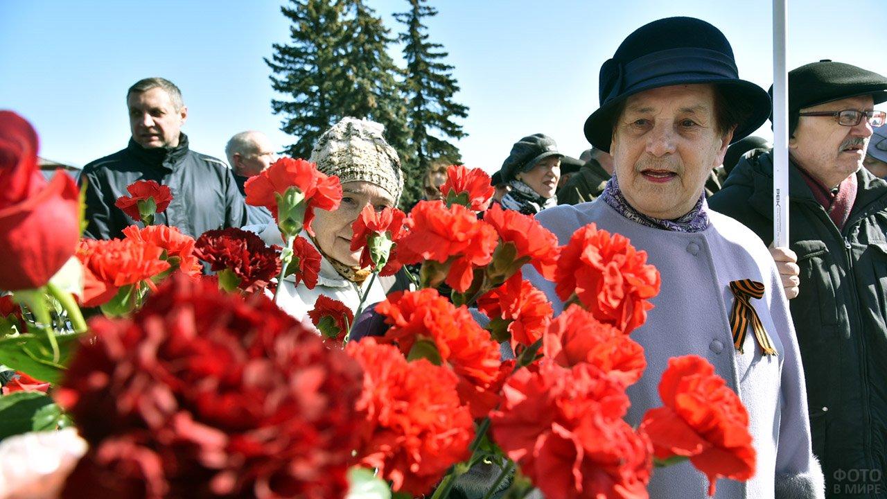 Пенсионерки Петрозаводска с красными гвоздиками в годовщину Октябрьской революции
