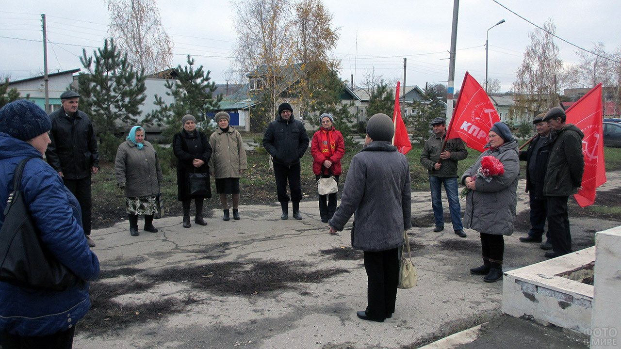 Праздничный митинг в Самарской деревне в честь годовщины Великой октябрьской революции
