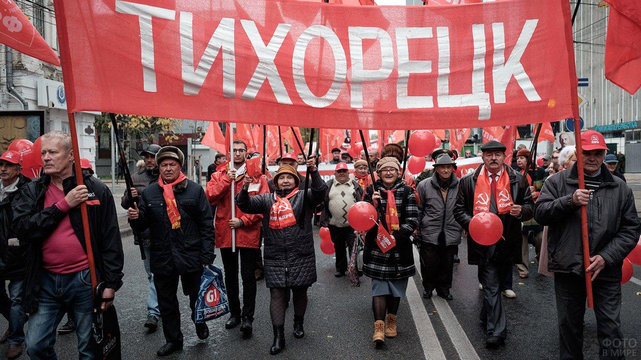 Представители регионального отделения коммунистической партии на 100-летии Октябрьской революции
