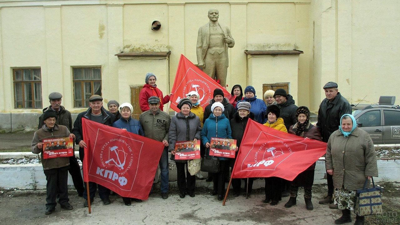 Самарские коммунисты у памятника Ленину в годовщину Великого октября