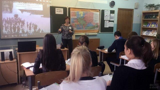 Школьники Белгородской области на уроке в честь годовщины Великой октябрьской революции