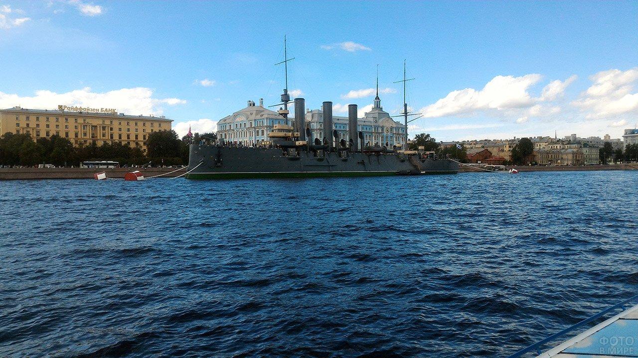 Символ революции 1917 года - крейсер Аврора в 101-ю годовщину 7 ноября