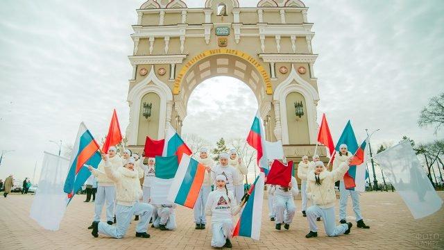 Благовещенский танцевальный коллектив с флагами в День народного единства