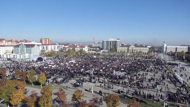 Митинг на главной площади в Грозном в День народного единства