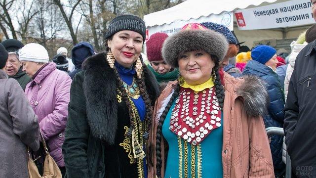 Пермячки в национальных костюмах на праздновании Дня народного единства