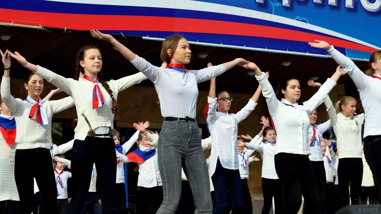 Школьницы выступают в День единства на городской сцене в Черкесске