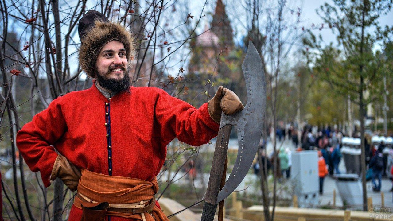 Волонтёр в историческом костюме в День народного единства в центре Москвы