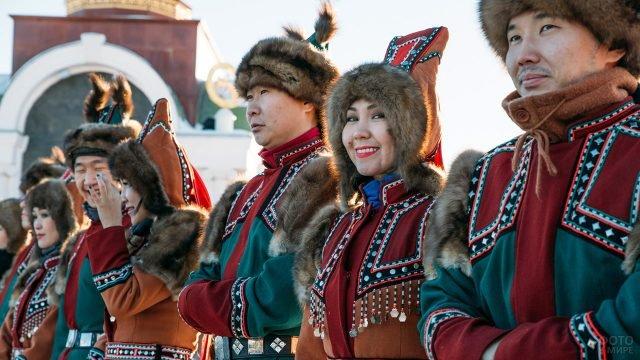 Волонтёры в костюмах народов севера в День народного единства в центре Москвы
