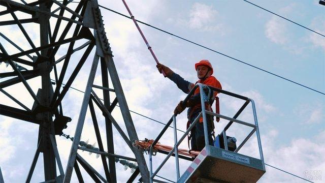 Будничные работы в День энергетика на подстанции в Томске