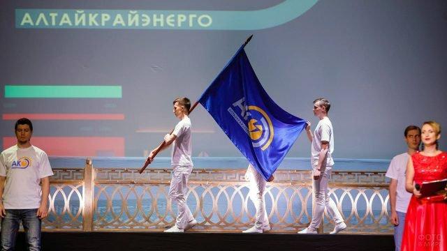 Торжественный вынос флага на сцену в День энергетика в Алтайском крае