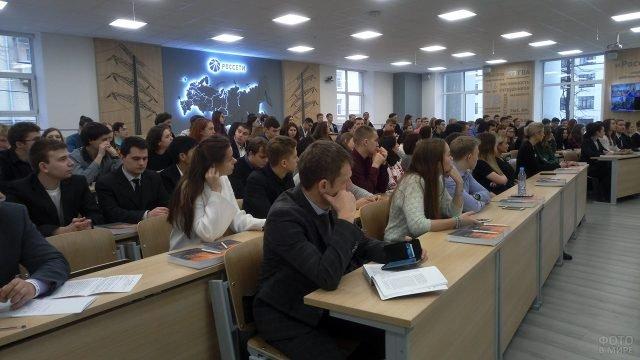 Участники молодёжного форума в День энергетика