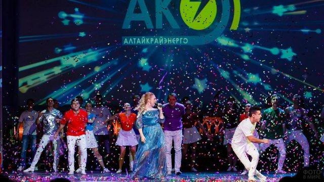 Выступление артистов в День энергетика в Алтайском крае