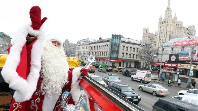 Дед Мороз едет по предновогодней Москве