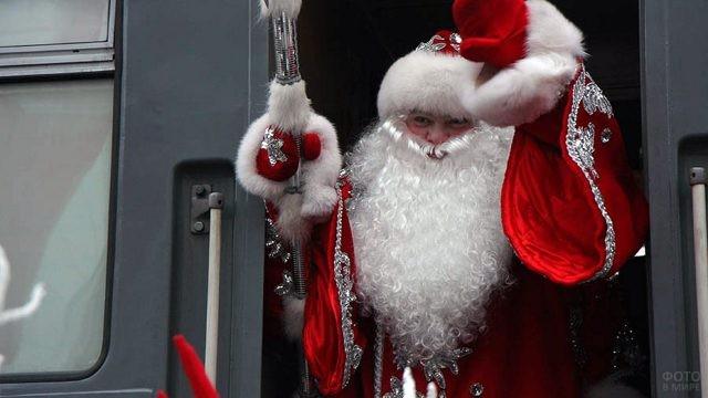 Дед Мороз машет рукой из поезда