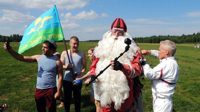 Дед Мороз на празднике десантников готовится прыгнуть с парашютом