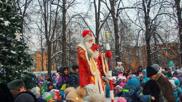 Дед Мороз на сцене в окружении зрителей
