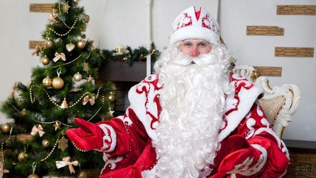 Дед Мороз под ёлкой у камина