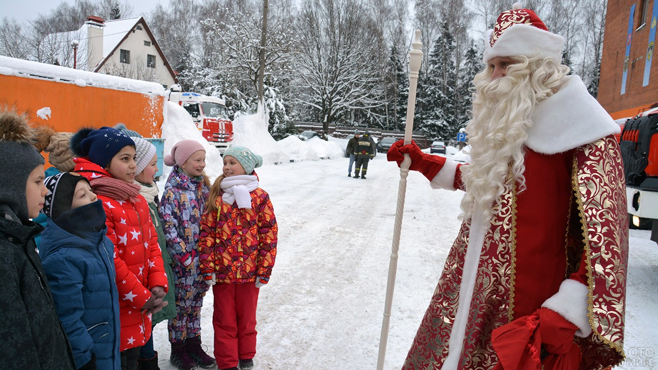 Дед Мороз поздравляет детей сотрудников МЧС в Москве