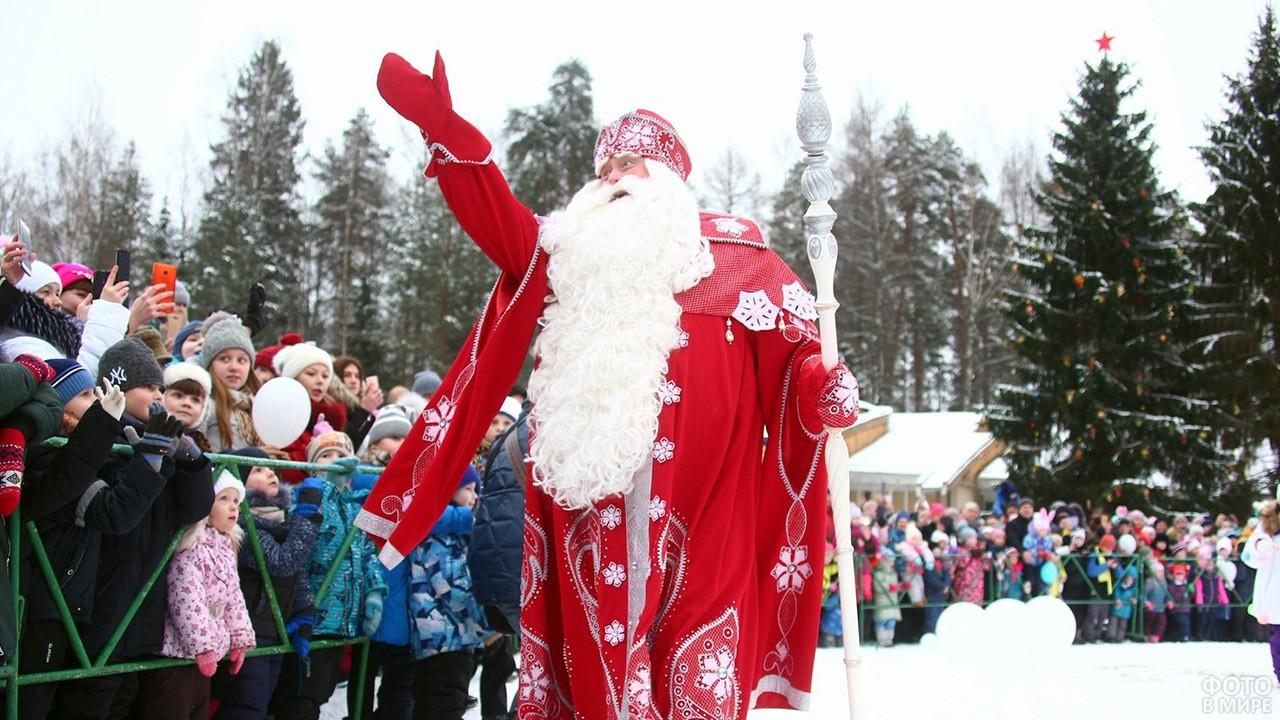 Дед Мороз приветствует детишек на городской ёлке в Твери