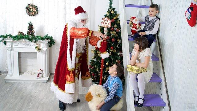 Дед Мороз рассказывает детишкам сказку