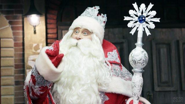 Дед Мороз с нарядным посохом рассказывает сказку