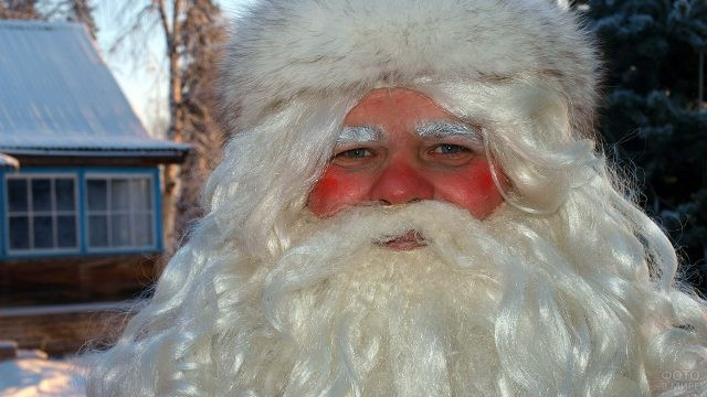 Дед Мороз с заиндевевшими бровями зимним вечером на улице