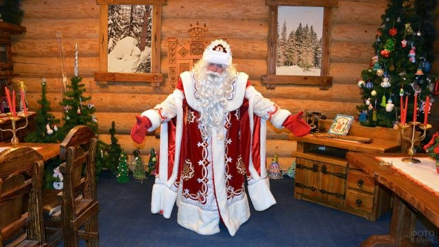 Дед Мороз в бревенчатой избе