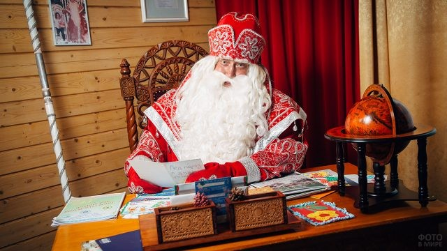 Дед Мороза разбирает новогоднюю почту